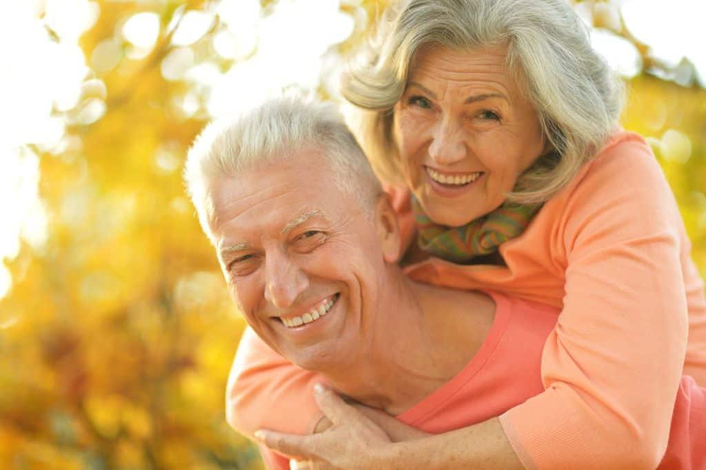 casal de idosos sorrindo