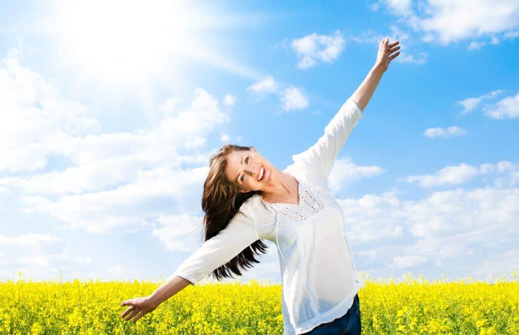 mulher feliz no campo